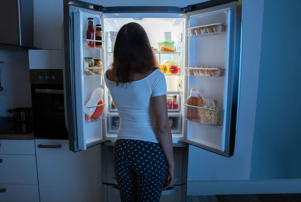 gece acıkıp buzdolabını açan kadın, gece yemek yemek