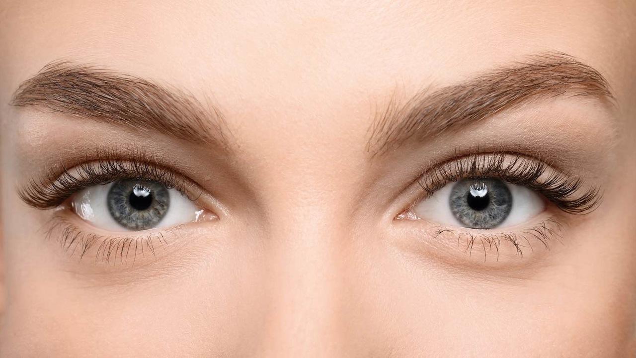 İpek kirpik nedir, uzun ve hacimli kirpiklerle çarpıcı bakışlara sahip olan yeşil gözlü kadın