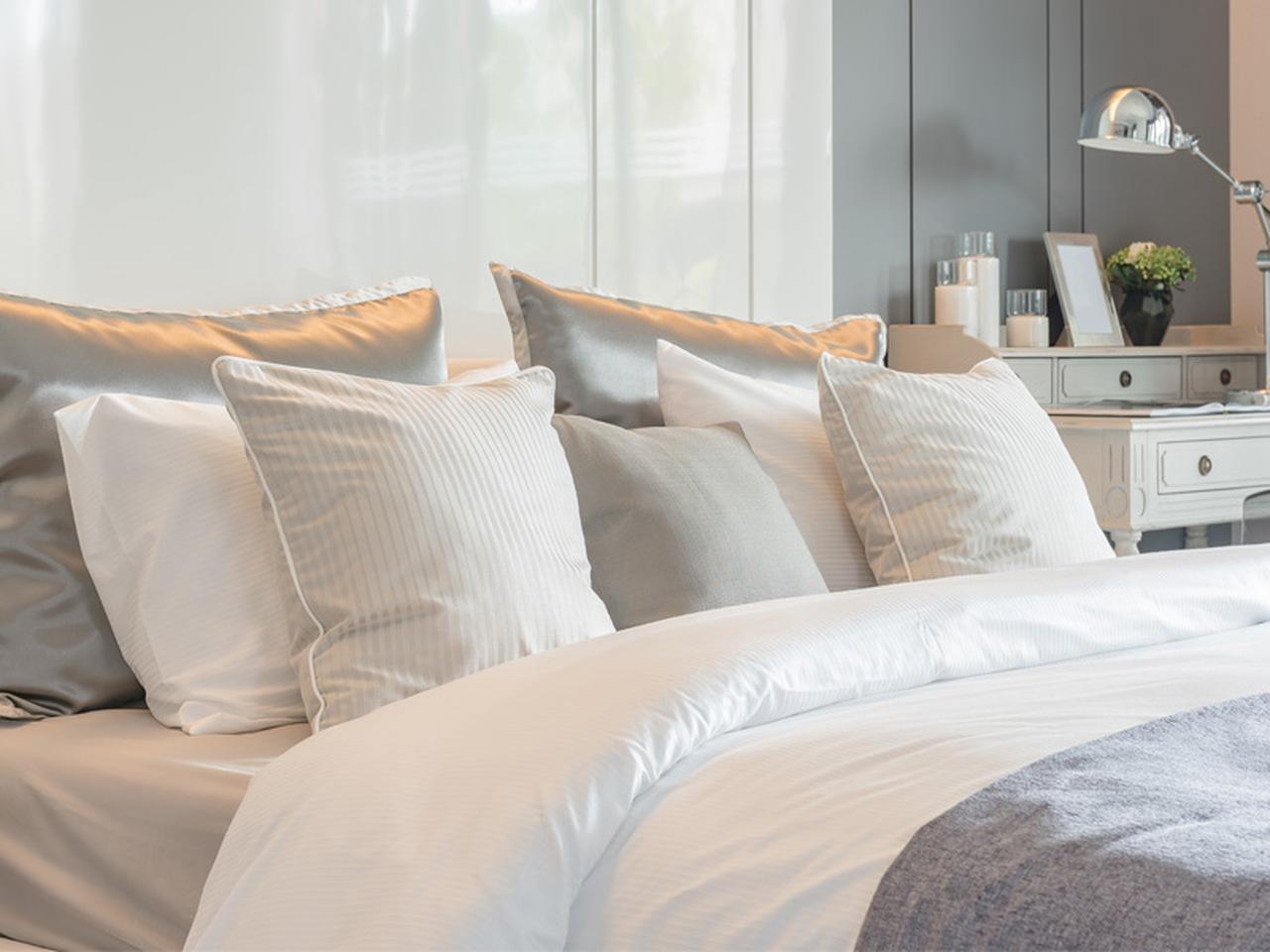 yatak görünümü, ipek nevresim, yastıklar ve nevresim takımı