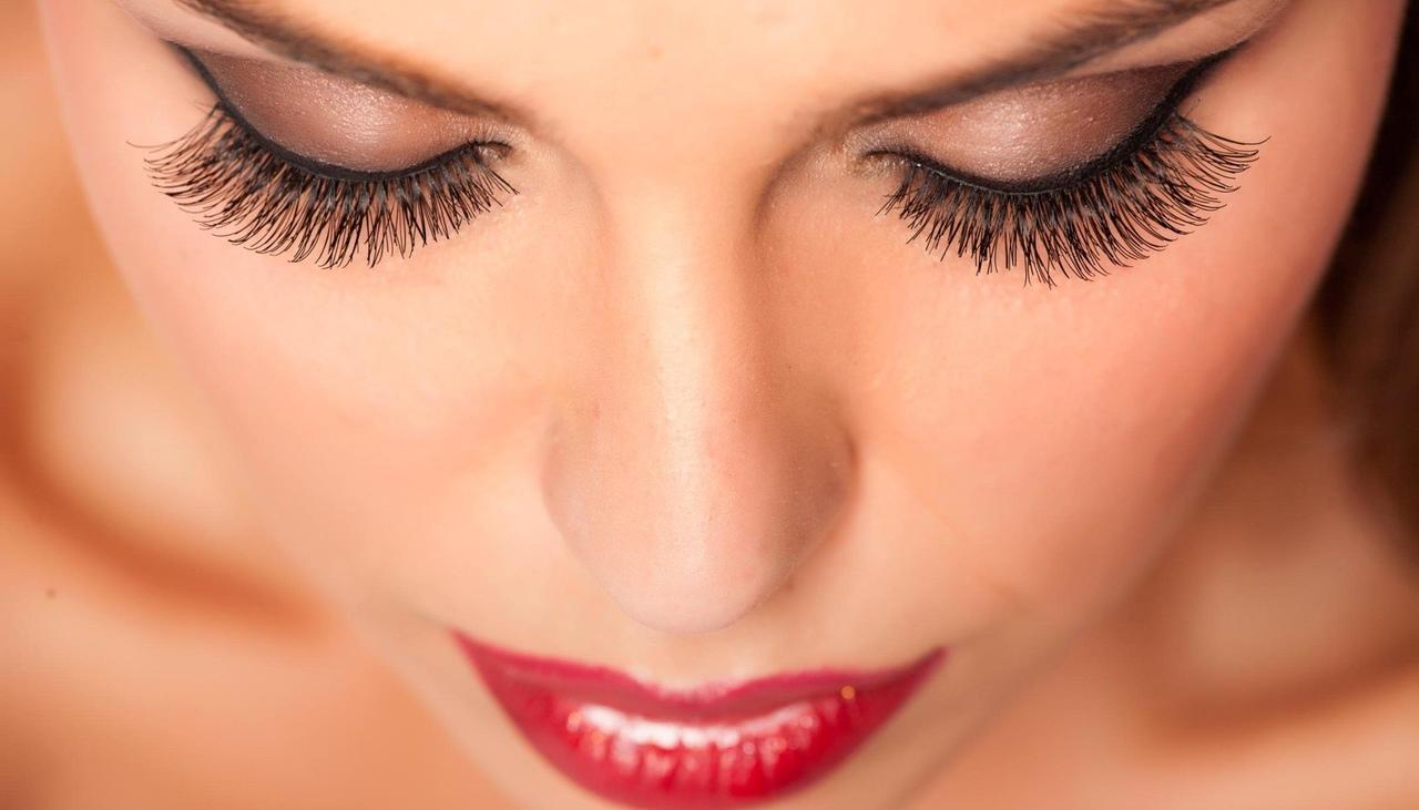 uzun kirpikleri olan kırmızı rujlu kadın
