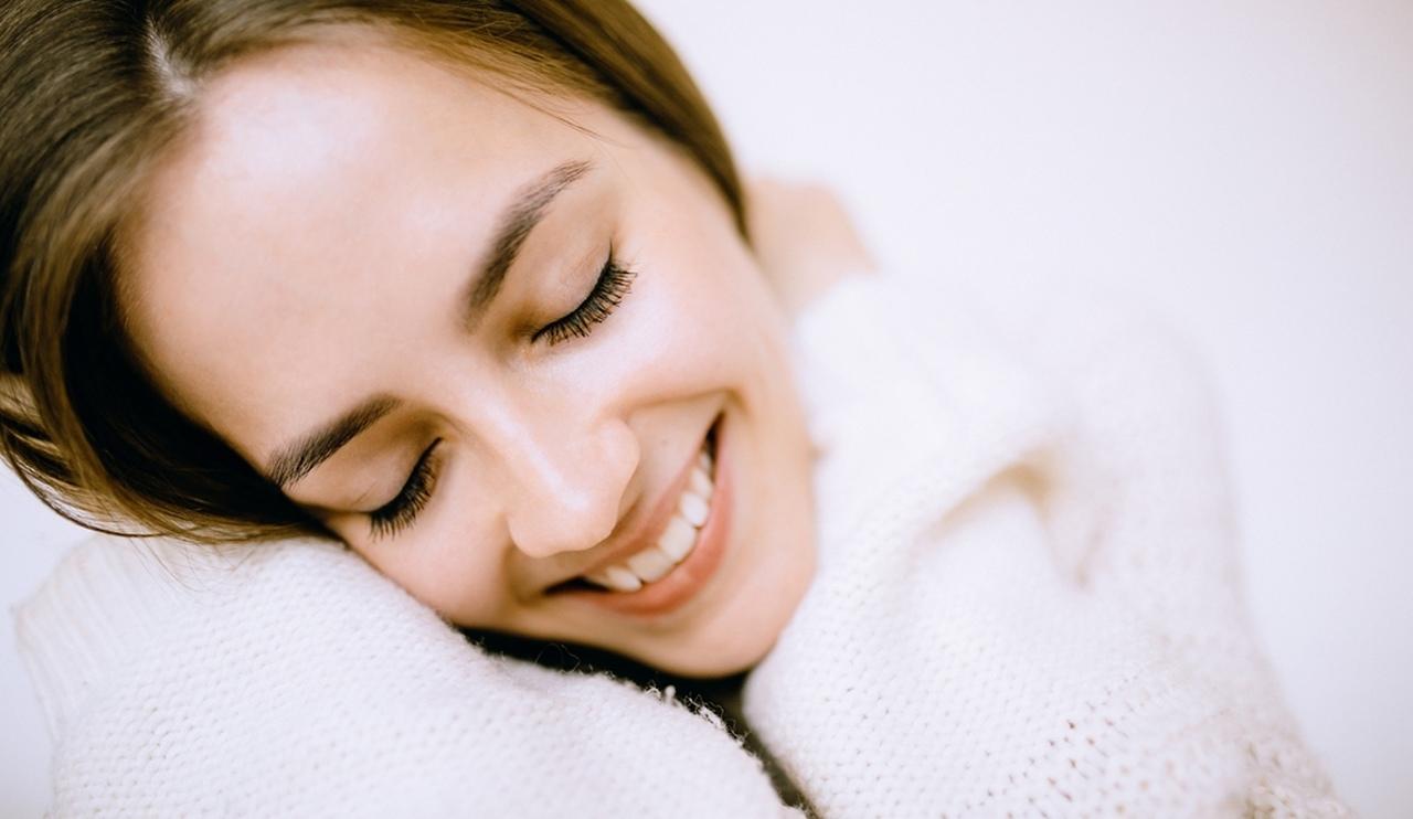 Gözleri kapalı gülümseyen kadın, uzun kirpikli kadın