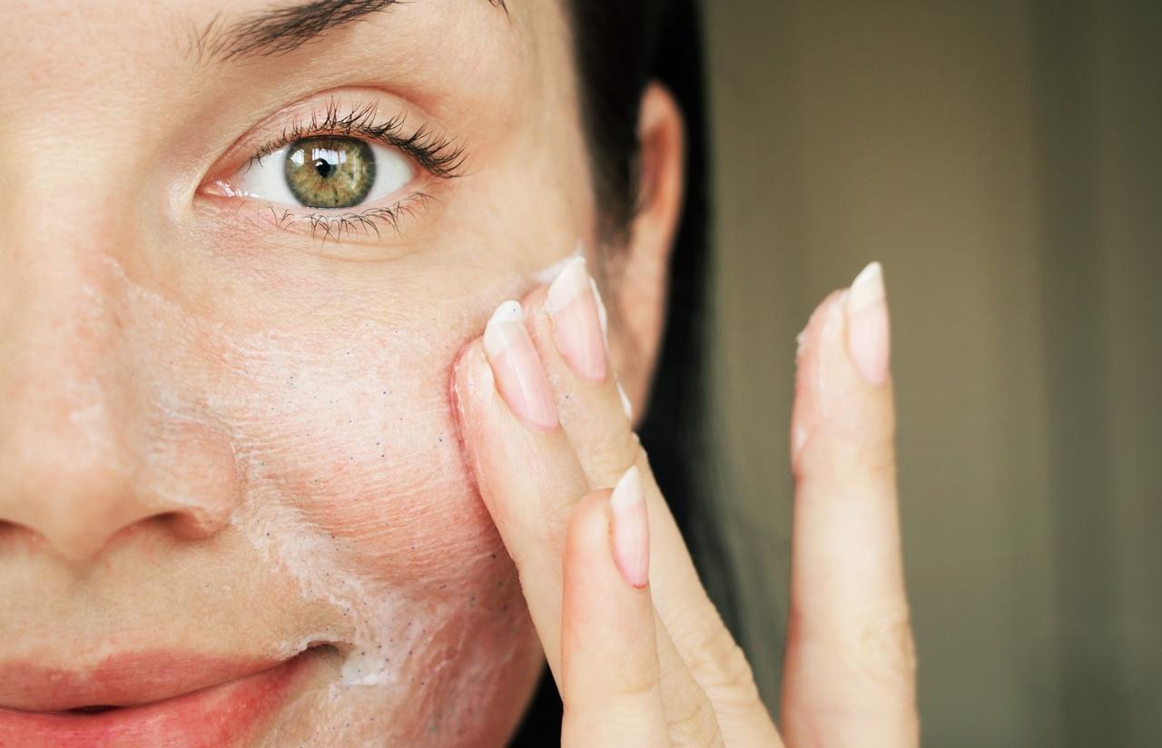 cildiniz temizleyen kadın, cilt bakım ürünleri ile yüzünü temizleyen kadın
