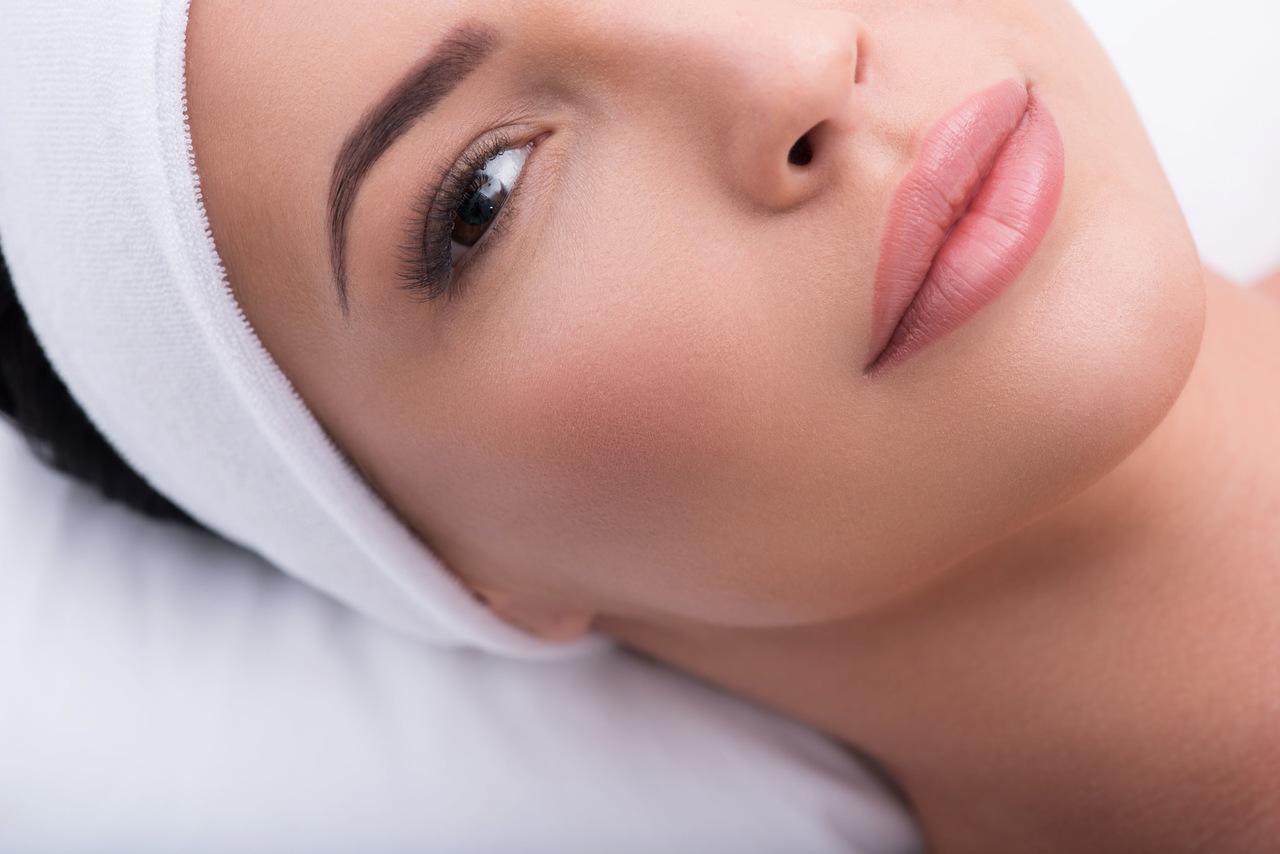 dudak kontür ve kaş kontür yaptırarak kalıcı makyaja sahip olan güzel kadının yüzünün bir kısmı