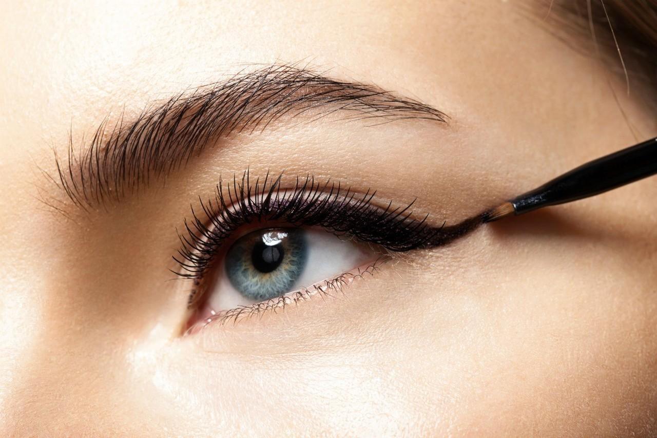 göz kapağına eyeliner süren kadın