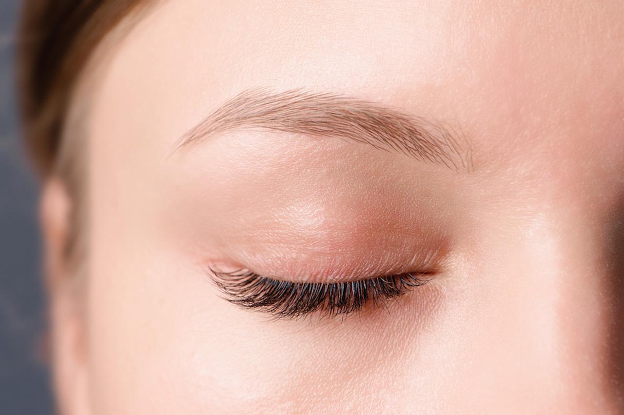 tek bir gözü görünen gözü kapalı ve uzun kirpikli kadın