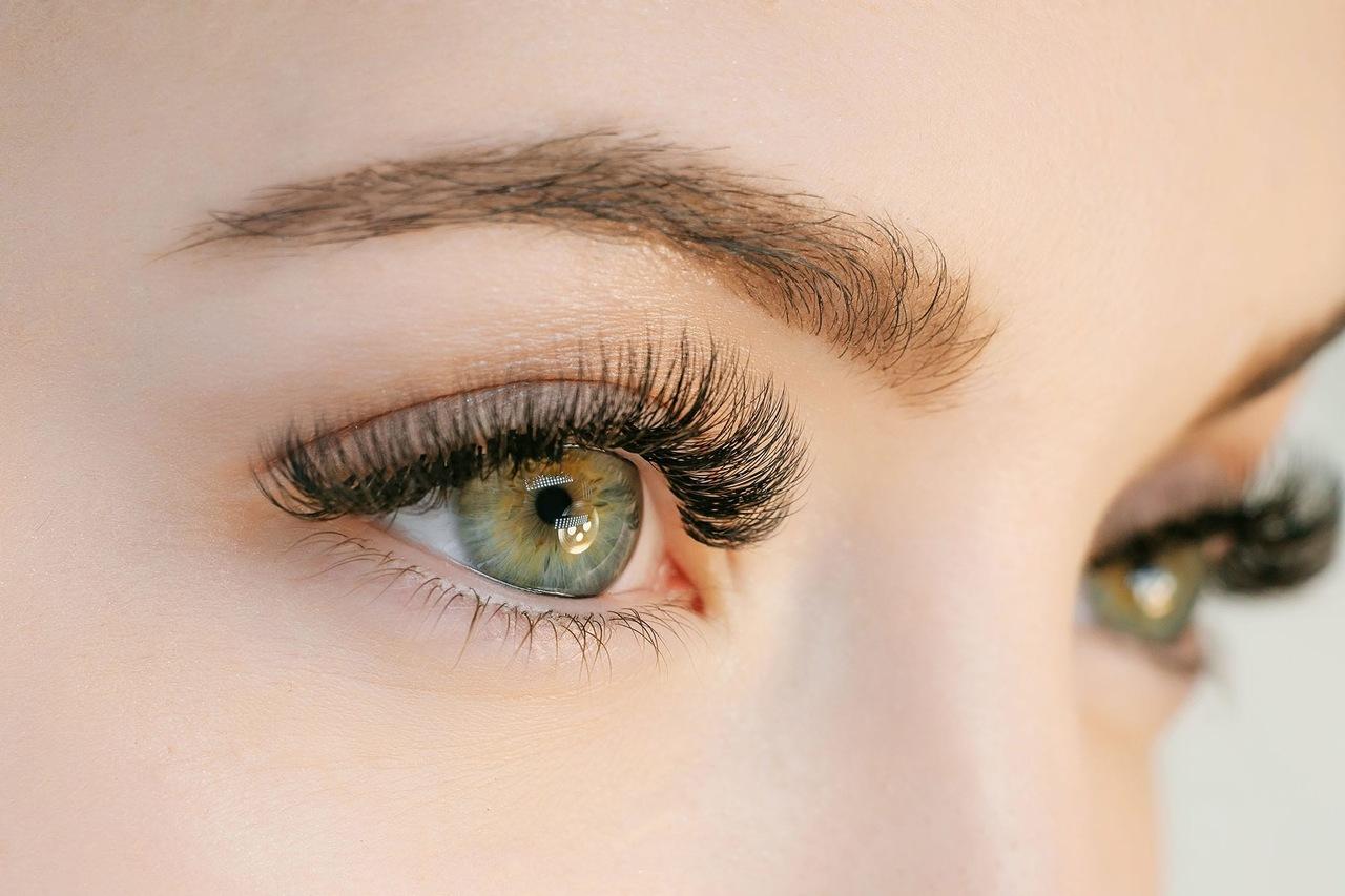 yüzünün sadece göz bölgesi görünen yeşil gözlü ve uzun kirpikli kadın