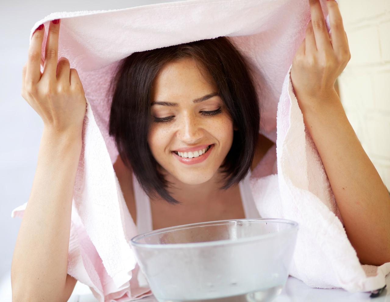 gözeneklerini genişletmek için buhar banyosu yapan kadın