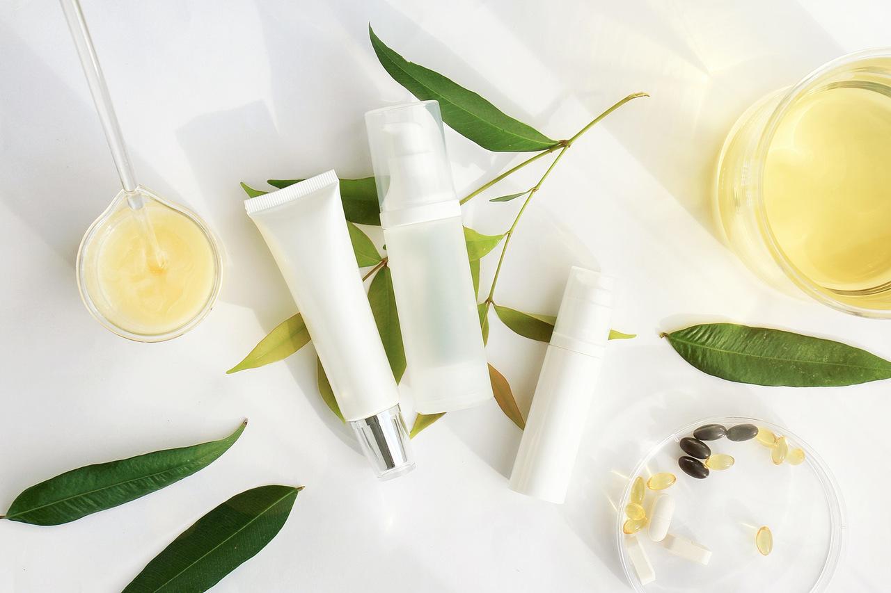 defne yaprakları ve çeşitli kozmetik ürünleri