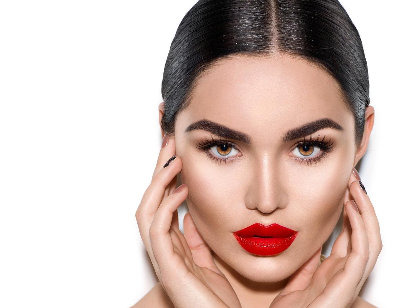 Yüzünü avuçları arasına almış kırmızı rujlu güzel kadın portresi