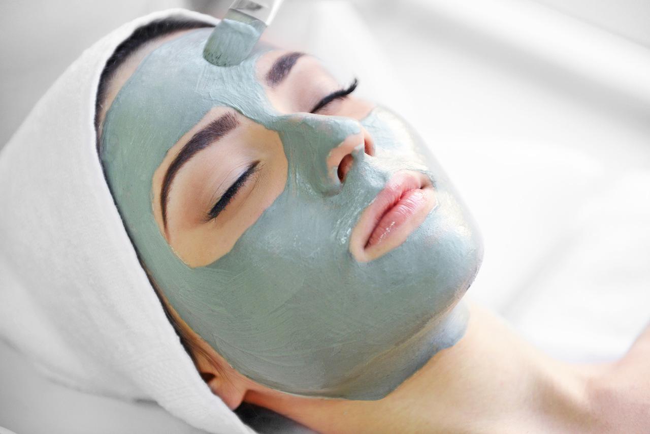 cilt bakım maskesi yaptıran gözleri kapalı kadın