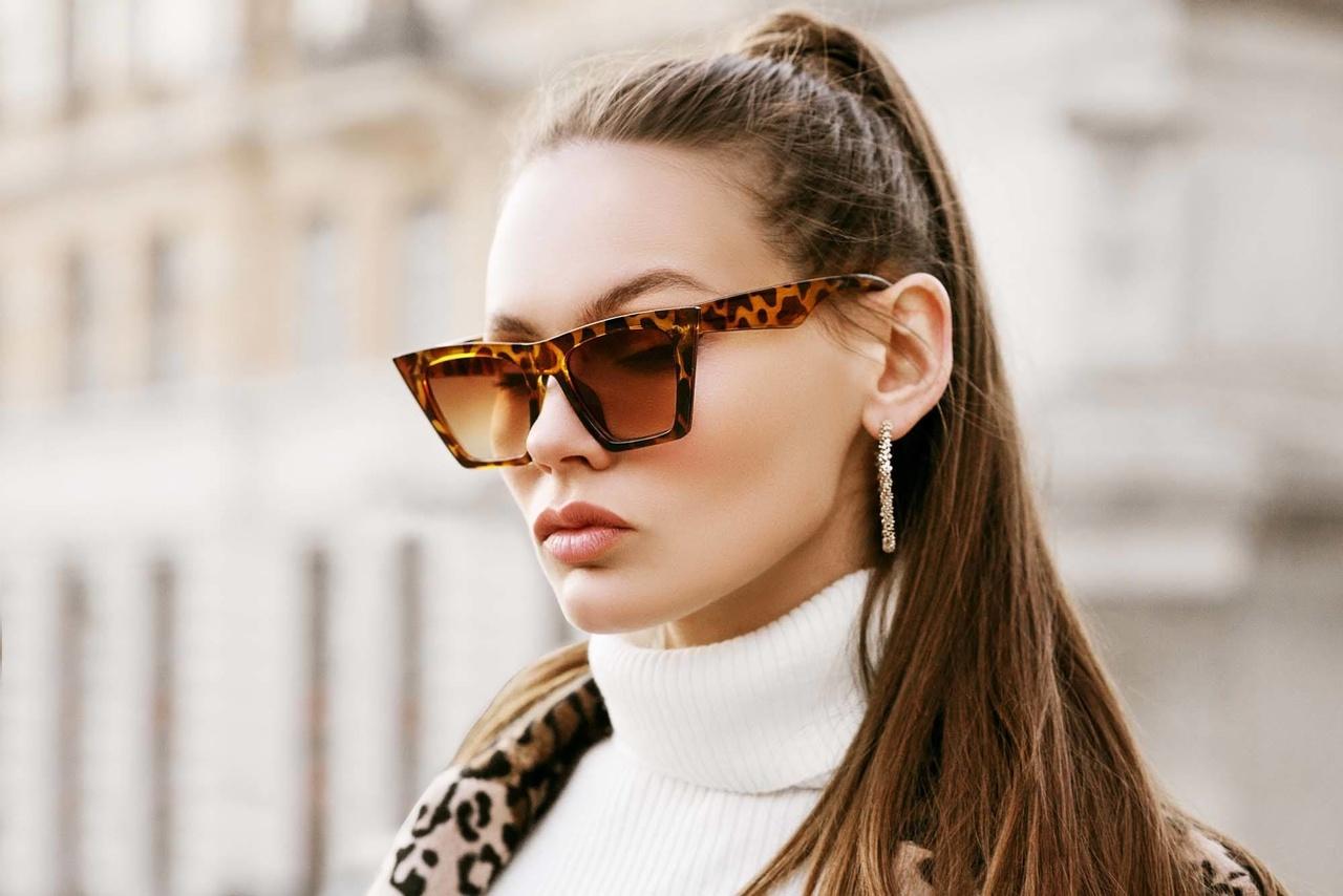 pratik saç modelleri arasında bulunan at kuyruğu ile poz veren güneş gözlüklü güzel kadın