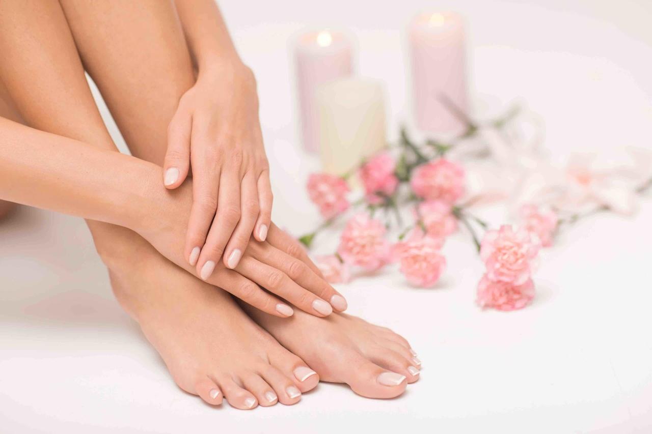 bakımlı tırnakları olan kadının elleri ve ayakları