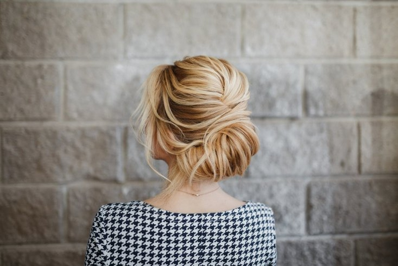 French twist saç modeline sahip kadının arkadan görünümü