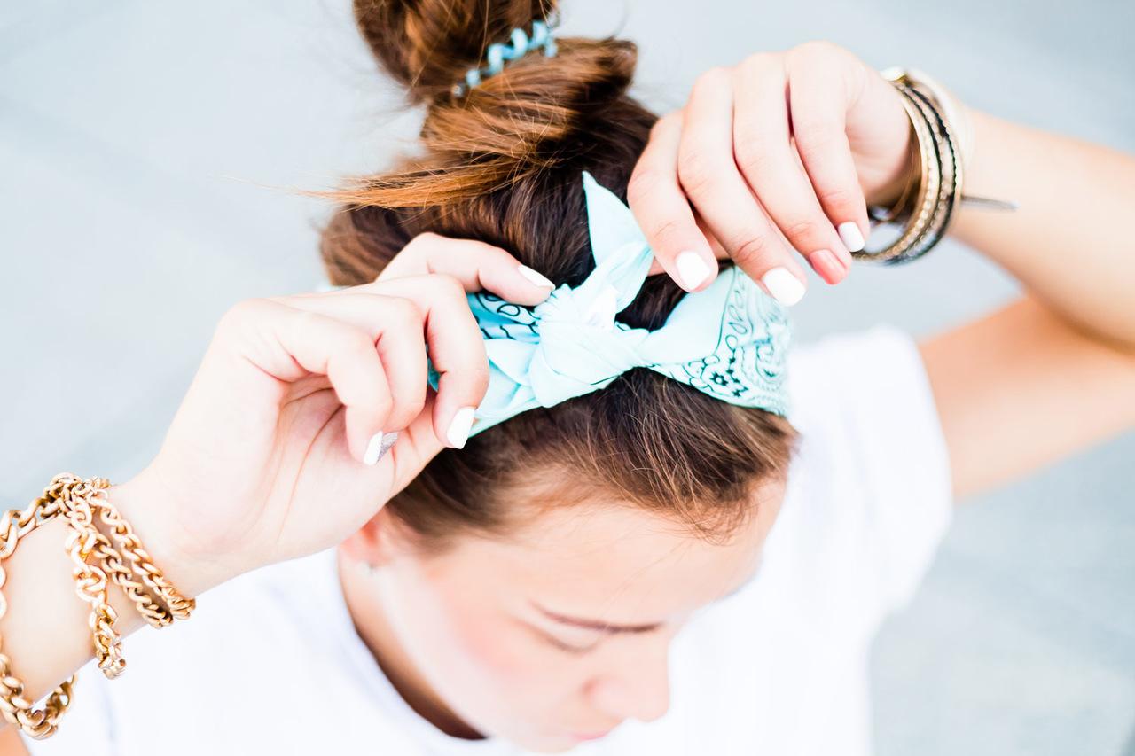 Topuz yaptığı saçına mavi renkli bir saç bandı takan kadın
