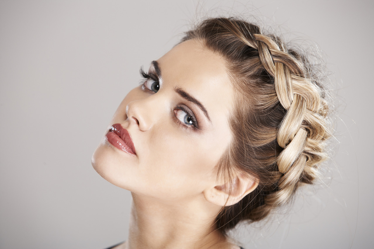 Saçlarına taç örgü modeli yapmış kadın