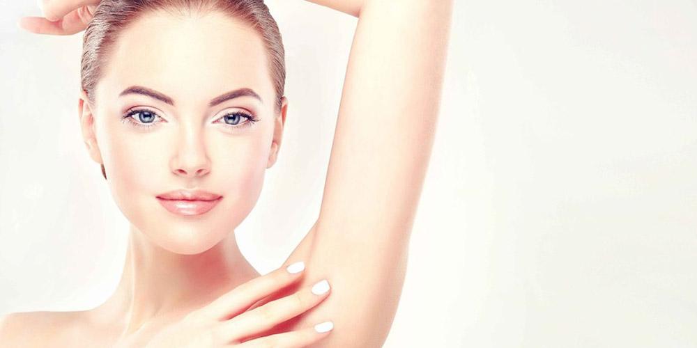 Bir kadının yüzünün sol kısmı, eli ve sol kolunun dirseğe kadar olan kısmı