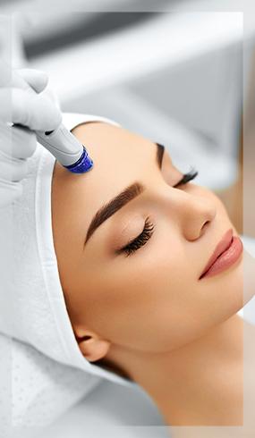 Ergül Keskin Stüdyosunda cildine hydra facial işlemi yaptıran gözleri kapalı kadın