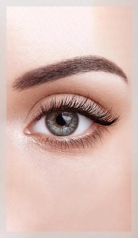 Ergül Keskin stüdyosunda kirpiklerine uygulama yapılmış bir kadının göz kesiti