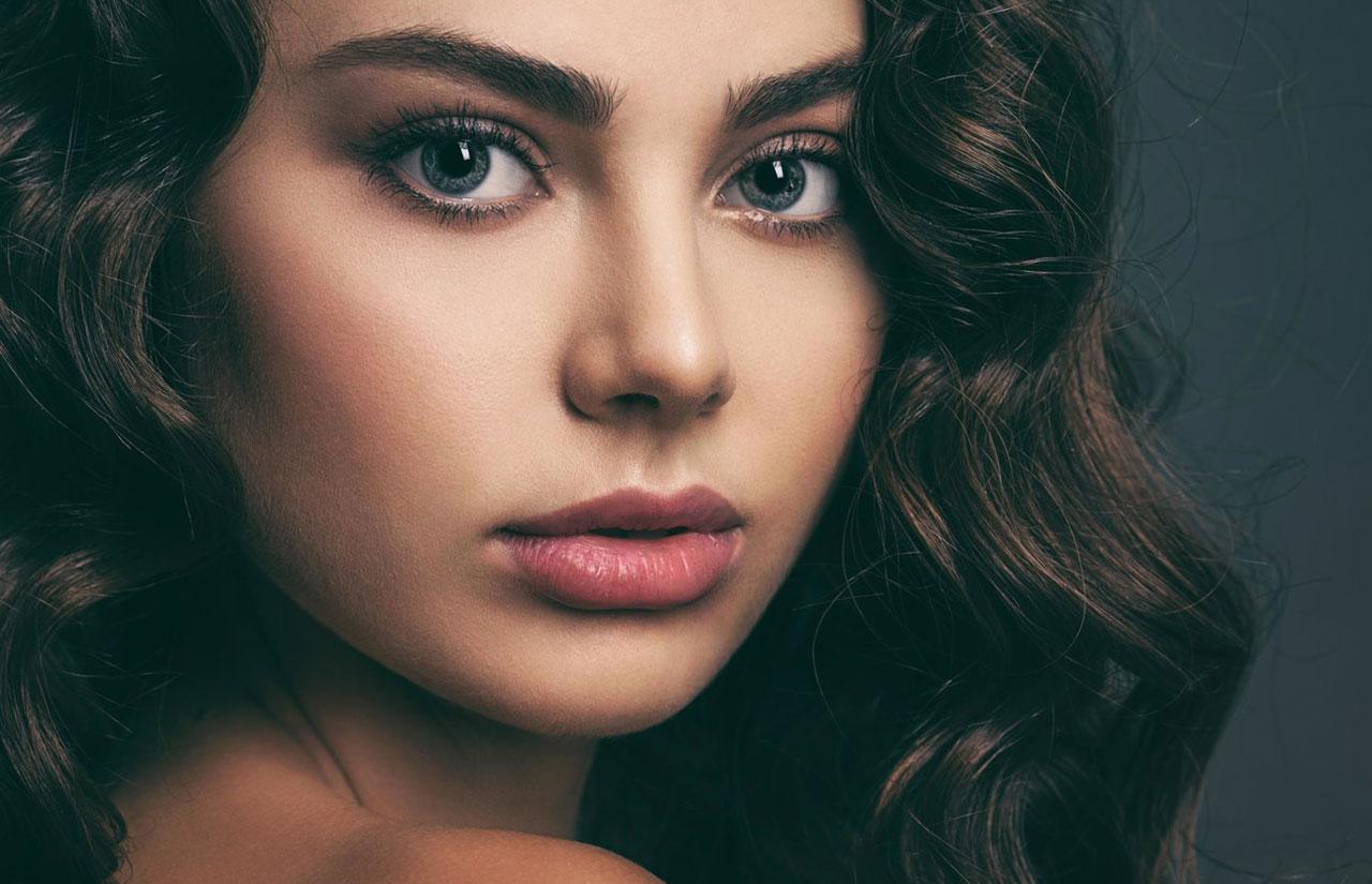 Makyajlı ve esmer bir kadının yüzü