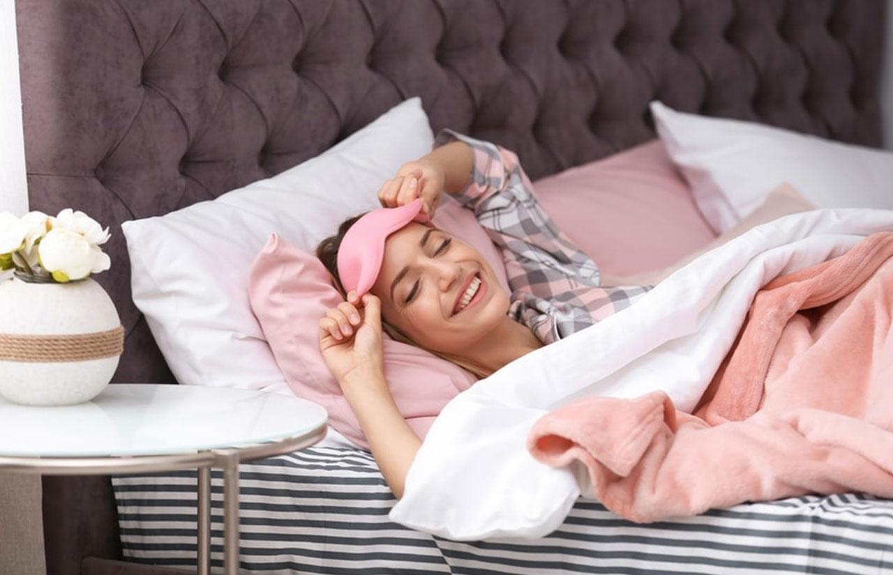 Yüzü gülen bir kadın ve yatağı