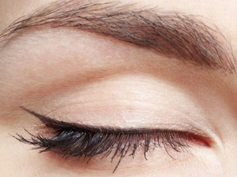 kapalı bir göz uzun kirpikler ve düzgün çekilmiş eyeliner