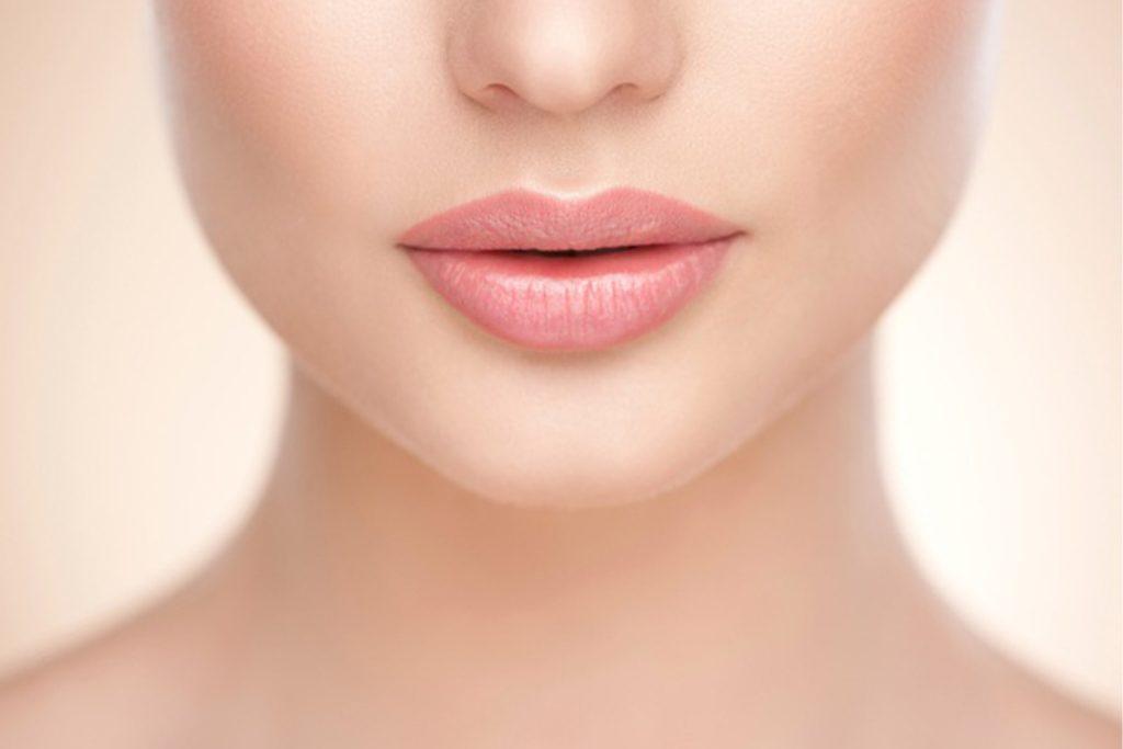 bir bayan yüzü pembe dudaklar