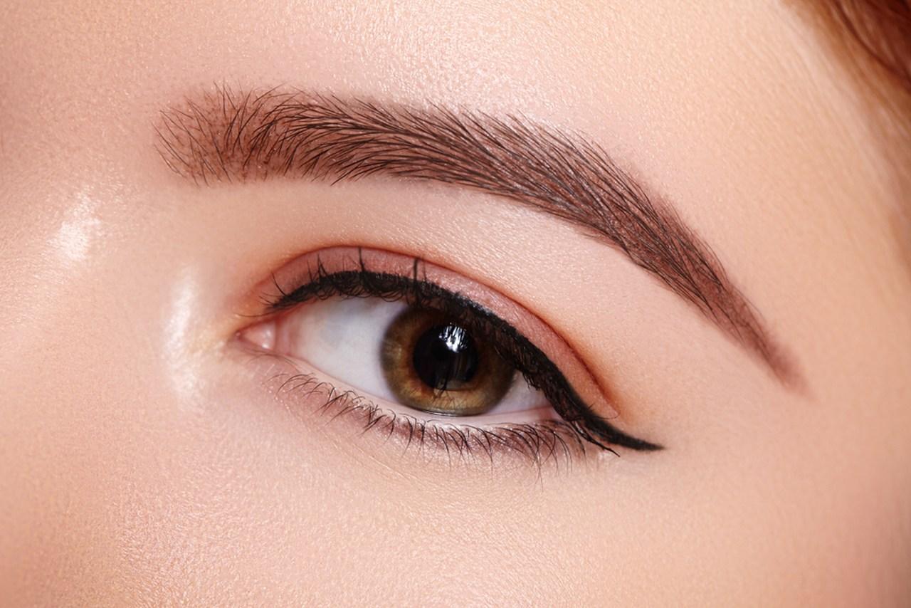 göz kapaklarında eyeliner makyajı bulunan güzel kadın