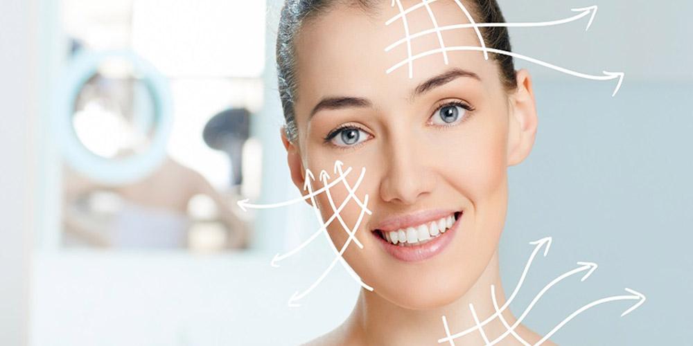Gülümseyen ve yüzünde hatları gösteren beyaz oklar olan bir kadın