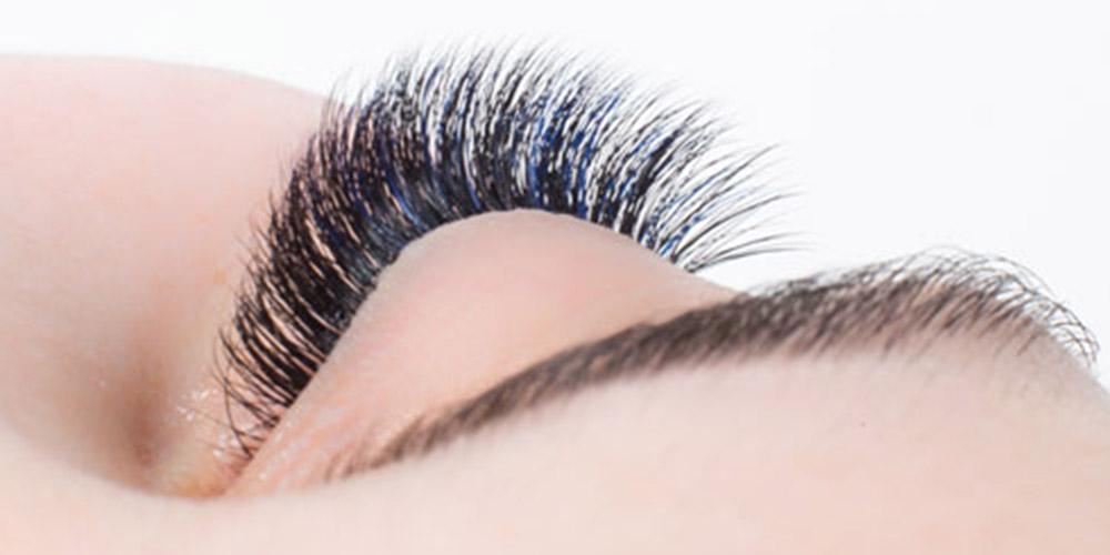 Dolgun kirpikleri olan bir kadının sağ göz kesiti
