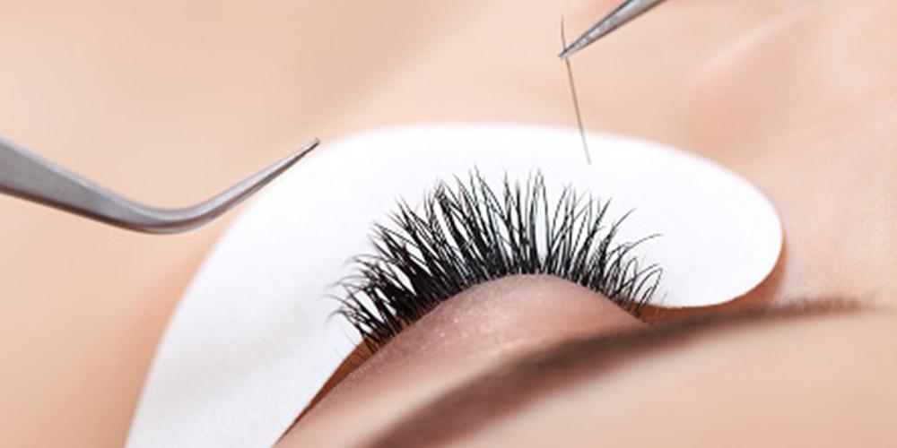 İpek kirpik uygulaması yapılan bir kadının sol göz kesiti