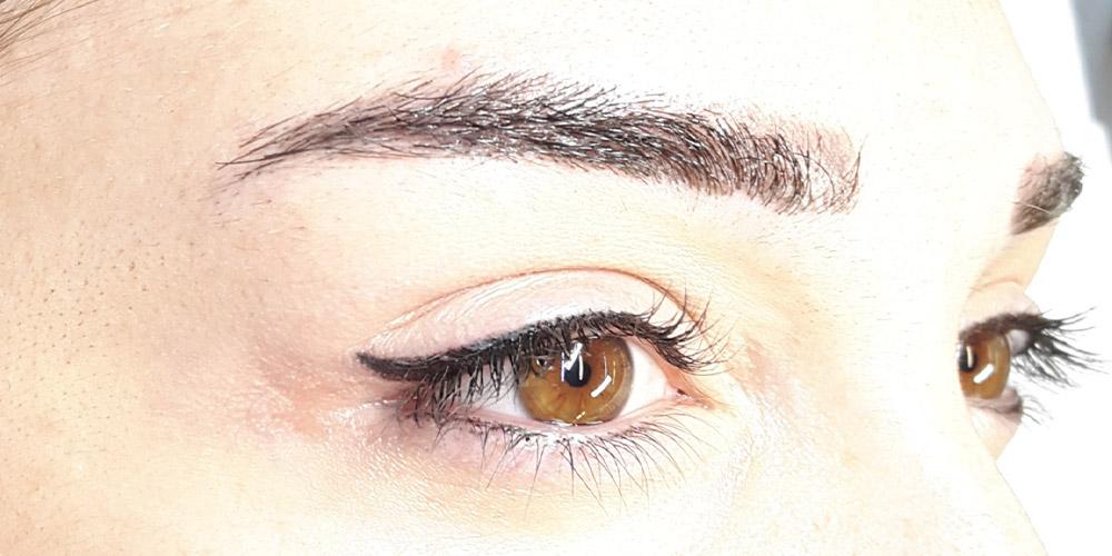 Kahverengi gözlü ve alıcı kirpiklere sahip bit kadının yüzü