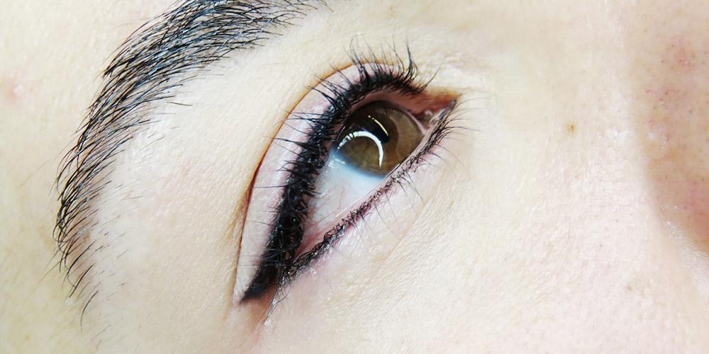 Kalıcı dipliner uygulanmış bir kadının sağ gözü