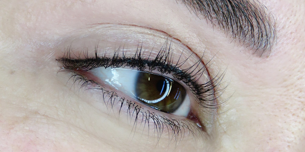 Kalıcı eyeliner uygulanmış bir kadının sağ gözü
