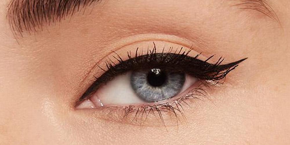 Mavi göz ve eyeliner sürülmüş kirpikler