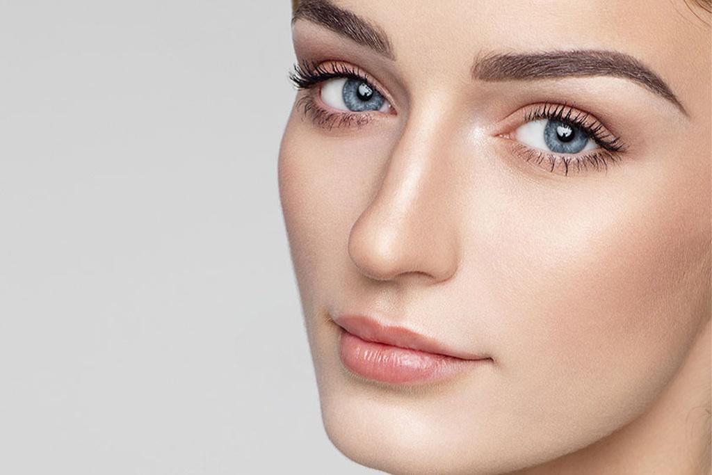 Mavi gözlü güzel bir kadının yüzü