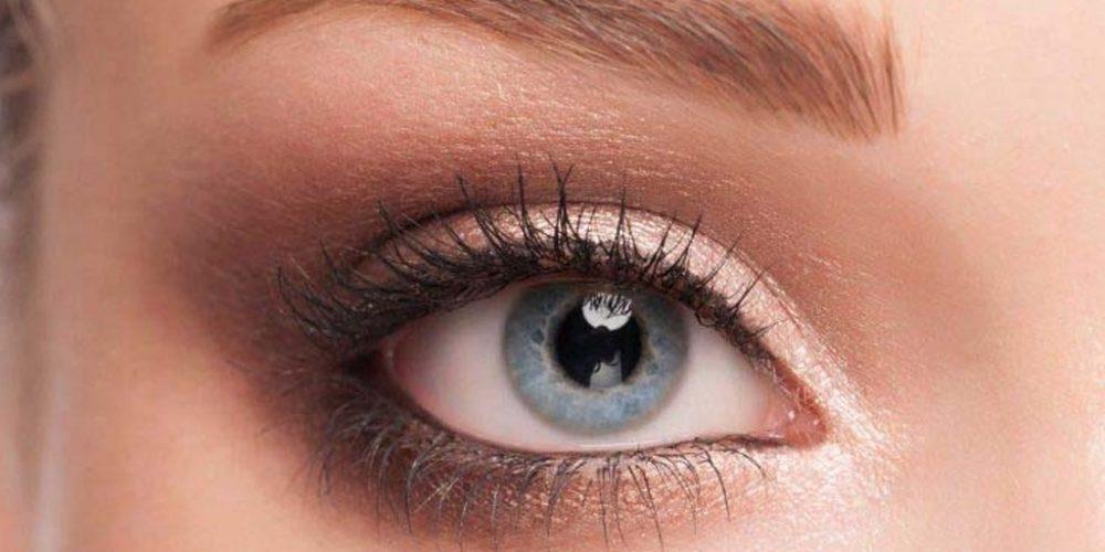 Kaş vitamini yaptırdığı için bakımlı görünen kaşlara ve mavi gözlere sahip kadının yalnızca sol kaş ve sol gözünün göründüğü kesit
