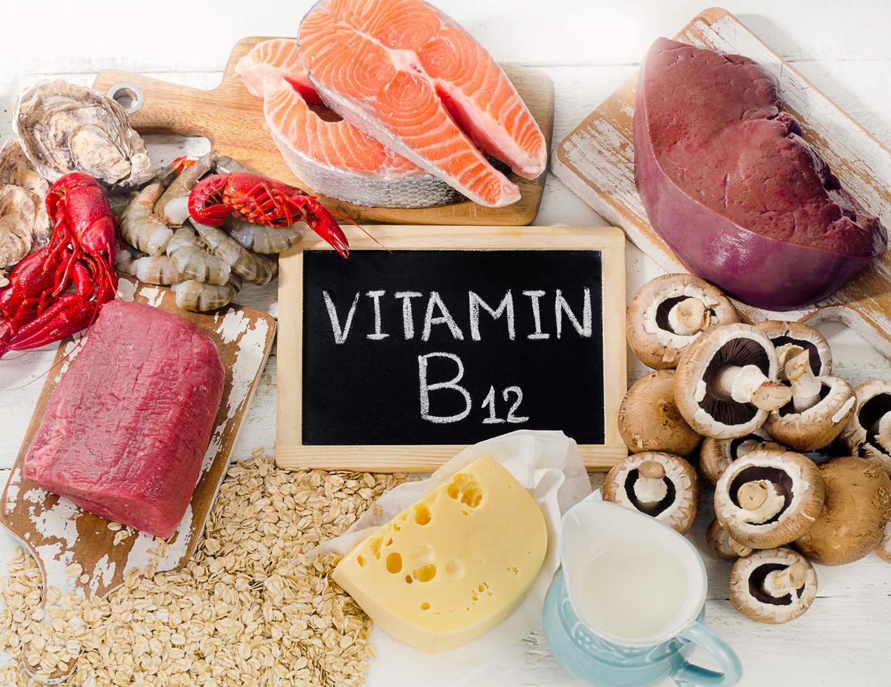 peynir, süt, mantar, somon, kırmızı et, yulaf gibi b12 vitamini içeren besinler ve ortalarında dikdörtgen bir çerçeve içinde yazan vitamin b12 yazısı