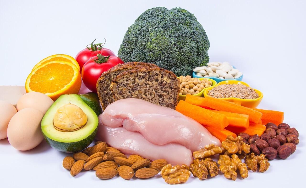 badem,ceviz, havuç, tavuk eti, avokado, yumurta, tahıllı ekmek, portakal domates gibi niasin içeren besinler
