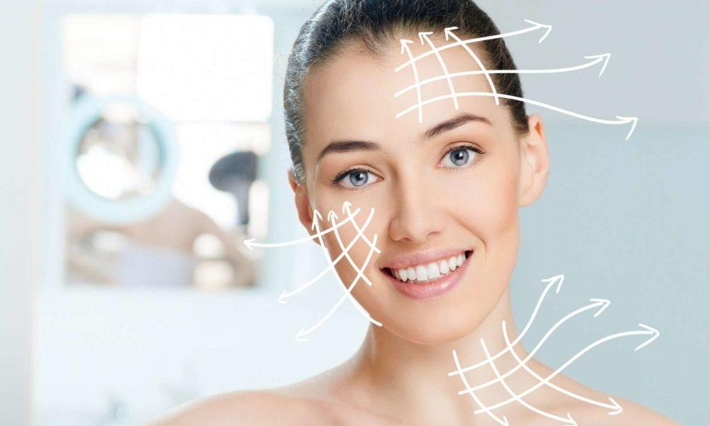 HIFU Gold ile ameliyatsız yüz gerdirme işlemini açıklayan genç ve kırışıksız bir görünüme sahip kadın ile alnından, yanağından ve boynundan dışarıya doğru çizilmiş beyaz oklar