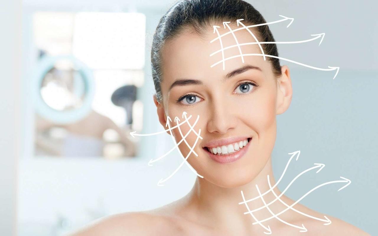 HIFU Gold Teknolojisi ile ameliyatsız yüz gerdirme işlemini açıklayan genç ve kırışıksız bir görünüme sahip kadın ile alnından, yanağından ve boynundan dışarıya doğru çizilmiş beyaz oklar