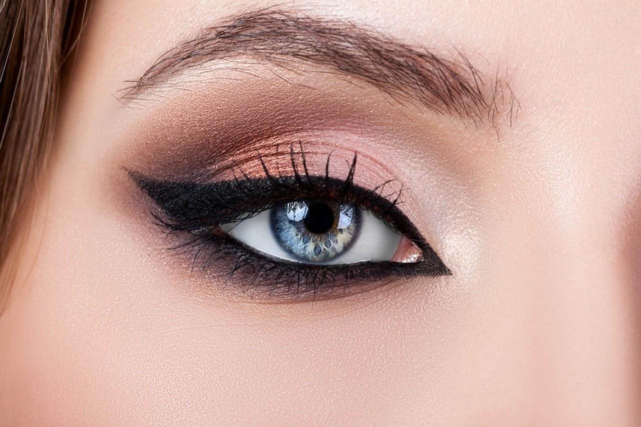 eyeliner ile yılbaşı makyajı uygulanmış kadın gözü