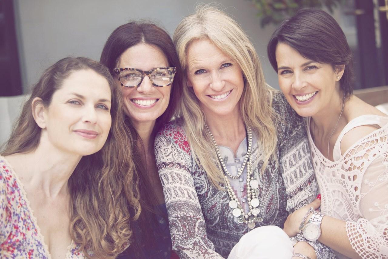 biri gözlüklü, biri sarışın, biri kısa saçlı ve biri de kumral olmak üzere birlikte poz veren ve gülümseyen kadın grubu
