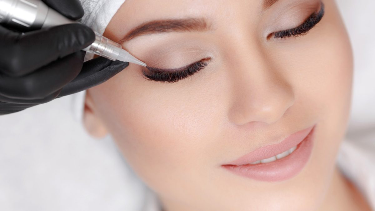 gö kapaklarına kalıcı makyaj eyeliner yaptıran kadın
