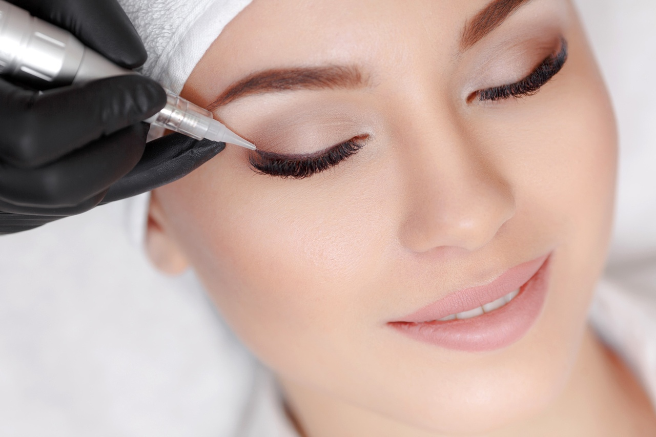 göz kapaklarına kalıcı makyaj eyeliner yaptıran kadın