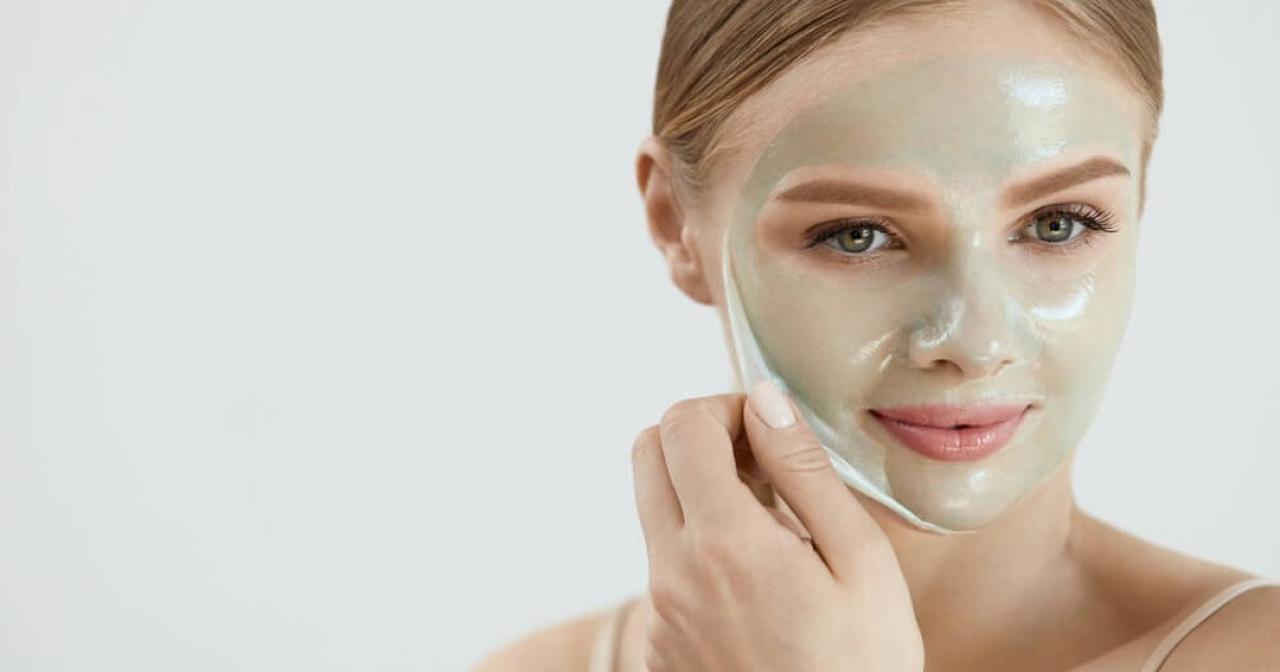 Yüzündeki peeling maskesini soyan kadın