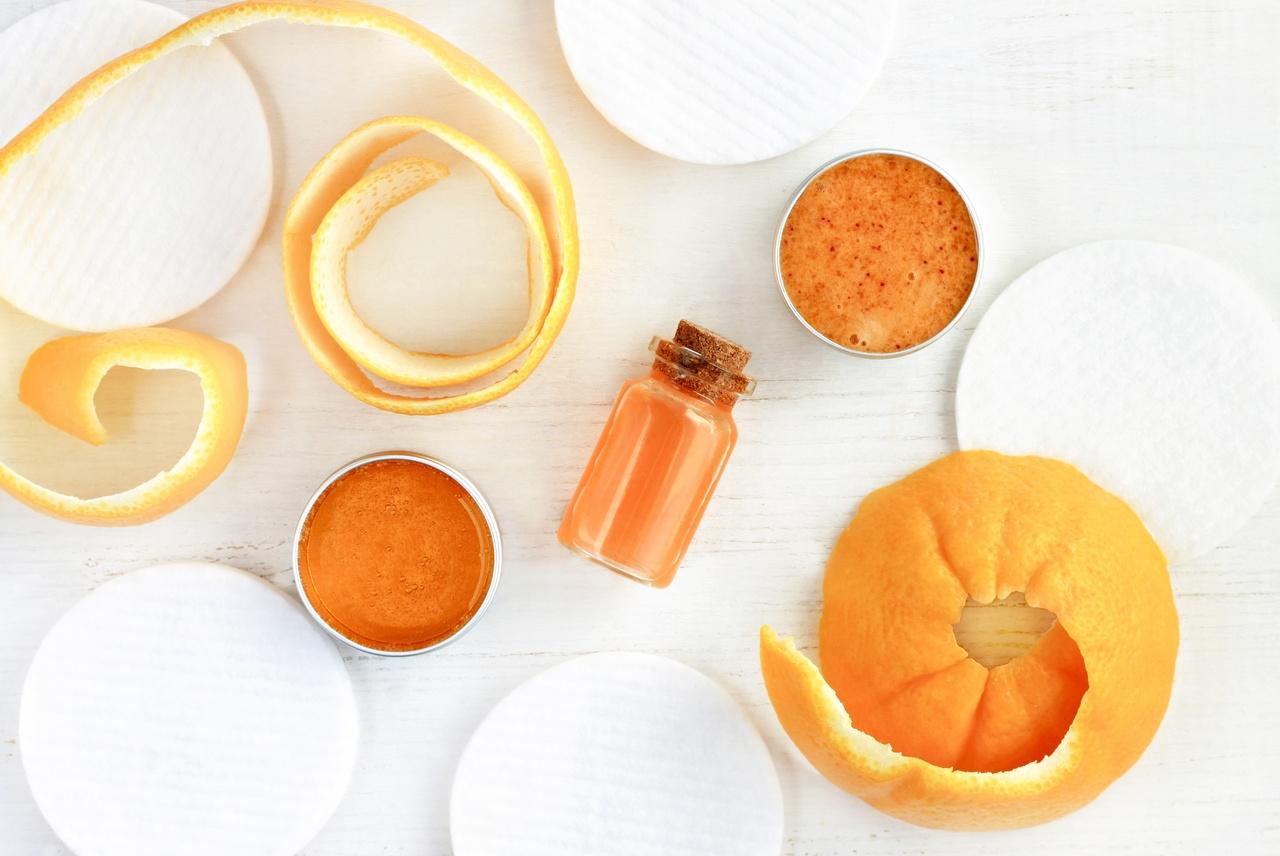 Beş adet pamuk diski ve pamuk disklerinin ortasında duran portakal kabukları ile portakallı sıvıların bulunduğu iki küçük kase