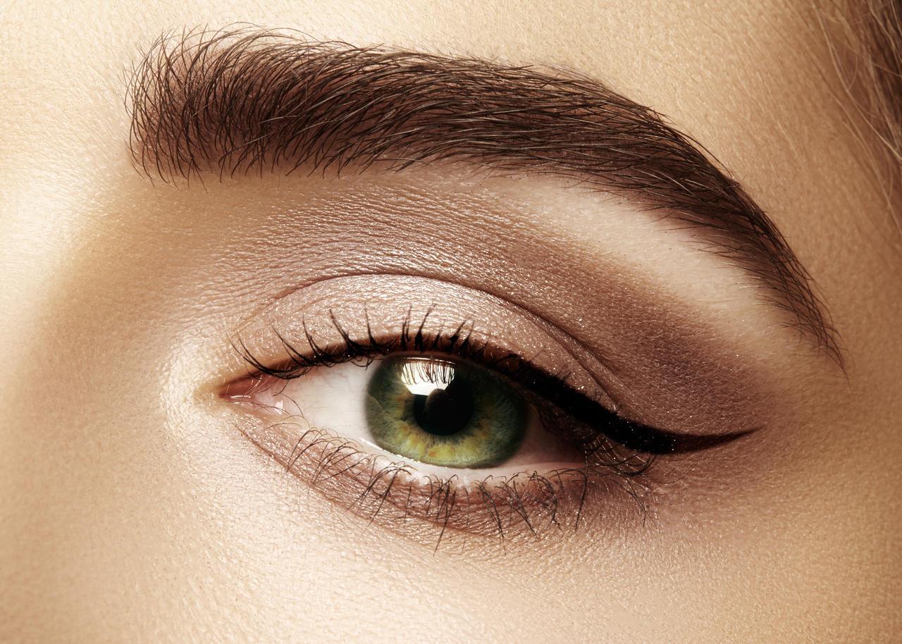 Yeşil eyeliner makyajlı kadın gözü
