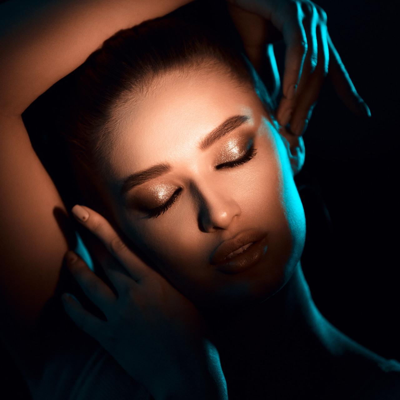 Işık ile kalın kaş vurgulaması yapılan gözleri kapalı esmer model