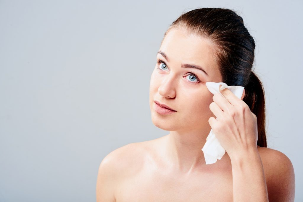 makyaj temizleme mendili ile göz makyajını silen kadın
