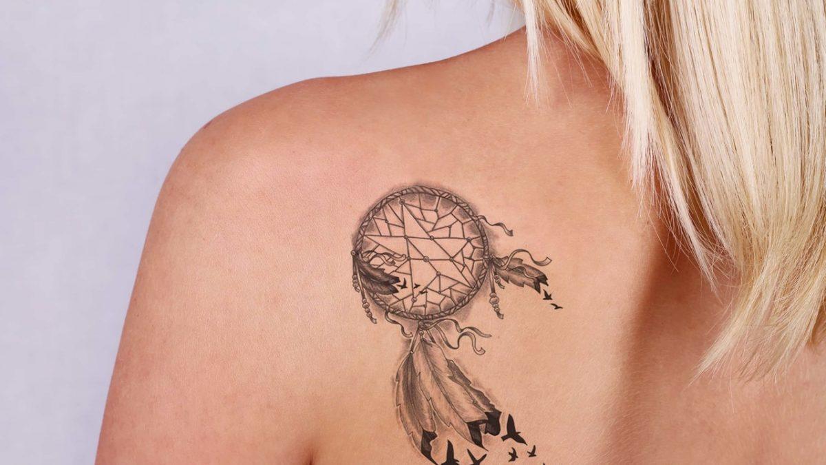 Omzunda dövme bulunan sarı saçlı kadın